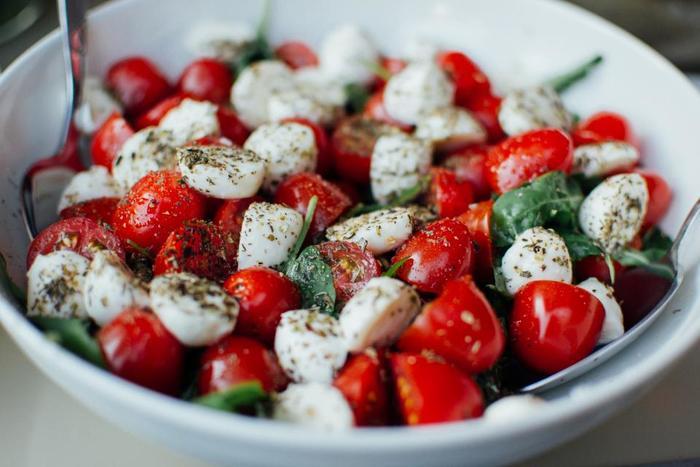 可能な限り、菜食を目指しましょう。特に夏は季節柄「火」が強くなり、ピッタ優勢の人は不調をきたしやすくなるので、冷たく元気を回復させることのできる食べ物、サラダ・フルーツ・野菜等がおススメです。