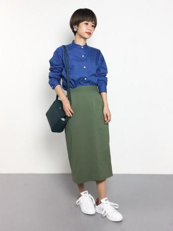 やや光沢のあるしなやかな生地感が、女性らしいコーデに仕上げてくれます。スタンドカラー(立ち襟)のシャツを合わせて大人っぽく着こなすのがおすすめ。 (モデル身長:152cm)