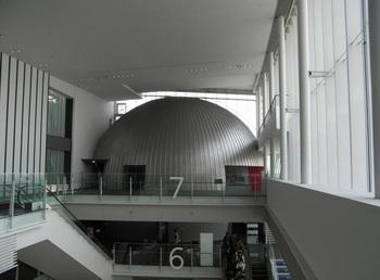 プラネタリウムは、6階「ドームシアターガイア」に。
