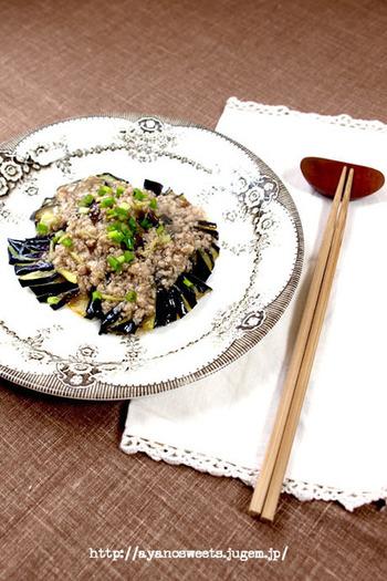 常備菜の塩そぼろでつくるレシピです。素揚げにしたとろけるナスに、塩そぼろの餡かけをプラスしてやさしいお味に。