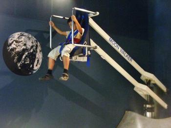 月の重力が擬似体験できる装置「ムーンウォーカー」。 中に入ることができるスペースシャトルの実物大模型あり♪