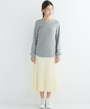 ほどよいフィット感のサーマルTと白のプリーツスカートを合わせた、春を感じるカラーリングのコーディネート。