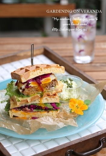 ワッフルでサンドイッチ。ボリューミーで見た目も華やか!お腹いっぱいになる一品ですね。
