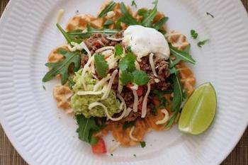 メキシコ料理のタコスとワッフルのコラボレート。サワークリームでさっぱりとした風味にするとペロリと食べちゃいますよ。