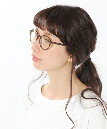 眉のラインとフレームのトップラインが似ている眼鏡だと、顔にすんなり馴染んでいい感じ♪