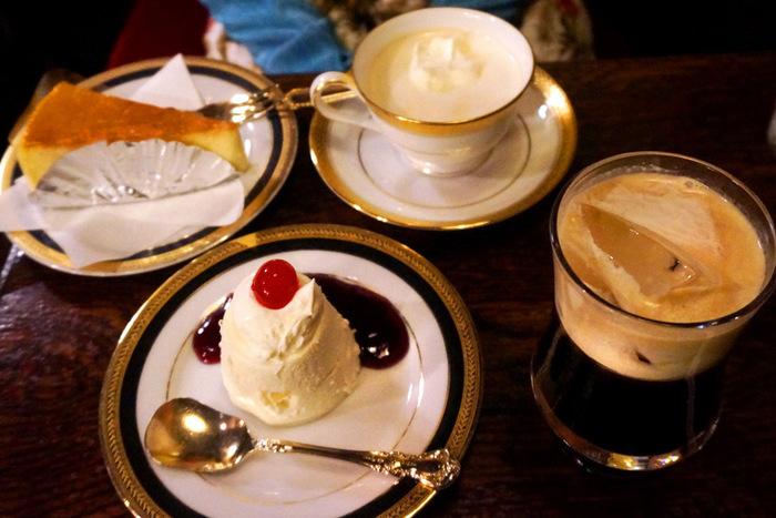 【奥:チーズケーキ&ウィンナー珈琲 手前:ムースケーキ&アイスコーヒー】
