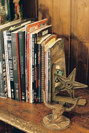読書の秋到来。ゆっくり本選びをしたくなったら、図書館がおすすめ。時間にゆとりのある時に利用したい場所。気になる本はとりあえずキープしてから、またじっくり吟味するのも楽しいひと時です。