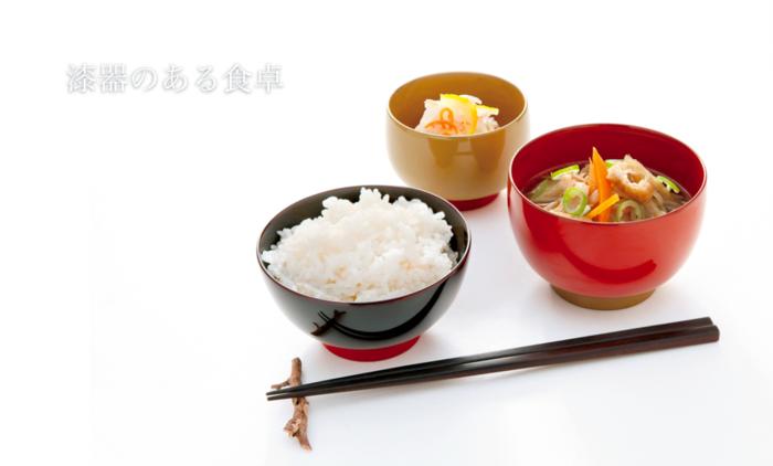 ご飯を入れるお茶碗は手にもって食べる。それは今もずっと変わらない日本の文化。漆器の器はアツアツのご飯をよそっても手にその熱が伝わりにくいというメリットもあるんです。色鮮やかで使いやすい、そんな漆器のお茶碗はいかがですか?