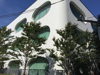JR武蔵境駅南口を出るとすぐに見える丸みのあるフォルムが特徴的な建物、『武蔵野プレイス』。芝生広場に子どもたちが集まって遊んでいたり、図書館というだけでなく、憩いの場所といった雰囲気が魅力です。