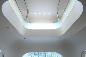 中はどうなっているのでしょう?いろんな角度から眺めたくなりますね。天井はさほど高くない印象でも、吹き抜けがあると解放感が生まれます。  階毎に違って見える、それぞれの図書館での過ごし方。みんなゆったりスペースを使っていますね。