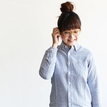 太めのフレームでも、肌なじみのよいベージュを選ぶとコーディネートしやすい♪ブルーのストライプシャツとも爽やかにマッチしています。
