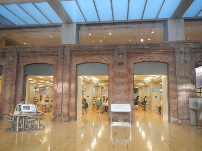 赤レンガとユニバーサルデザインが施された新築部分。どうジョイントしているのかな? 普通の建物も、歴史あるものを取り入れることで、新しく斬新な感じがしておもしろいですね。  30万冊を超える蔵書と500席ほどある閲覧席。ドナルド・キーンのコレクションコーナーもあったりとセレクトも特徴的です。時に歴史に思いを馳せながら、図書館ライフが充実しそうですね。