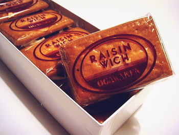 酒にほどよく漬け込まれたふっくら肉厚なレーズンと、生に近い特製クリームをサクサクのクッキーにはさんだ元祖「レイズン・ウィッチ」。