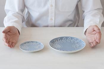 大皿の他、4寸の小皿もあり、セットで揃えても使いやすい組み合わせですね。内村さんの工房ではサラダ鉢も新登場しています。