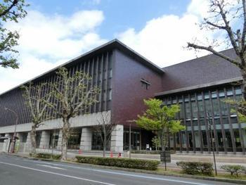 岡山県庁の向かいに立つ「岡山県立図書館」。広々として立派な建物です。  全国でもトップの図書の貸出を誇るこちらの図書館。市民に多く活用される理由はその蔵書数です。新刊の購入数もトップクラスで、現代人のニーズを満たしてくれるサービスもすばらしい。活字離れが進んでいる今日で、このような図書館の努力は貴重です。