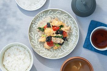 立体感のあるアネモネがモチーフの平皿は、優しい色あいが特徴。6寸皿はメインのお料理を引き立ててくれる華やかな大皿です。縁ぐるりとを取り巻くアネモネが、盛り付けを綺麗に見せてくれますよ。