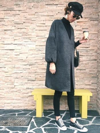 バルーンスリーブがフェミニンな印象のノーカラーコートには、黒のタイトなパンツとスニーカーでクールさをミックス。 ふんわりとした柔らかい女性らしさのある主役コートがあるからこそ、ダーク系色で統一させ、カッコ良くシンプルに。