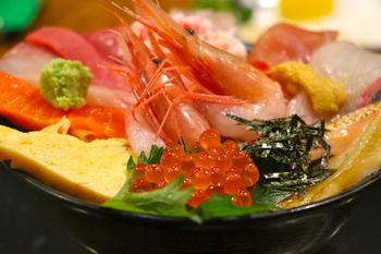 ここで食べる新鮮な海鮮丼は、一味違いますね。その場で食べられる新鮮なカキやボタンエビ、ウニなどのお刺身やお寿司、焼き物、カットフルーツなどもあり、お好きなものをお好きなだけ楽しめます。もちろん、持ち帰りや地方発送も可能です。