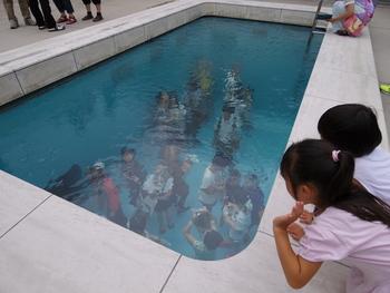 ■ スイミング・プール  美術館の中でも人気の作品で、多くの人が画像を公開しています。光庭に設置されたプールを見下ろすと、深い水で満たされているように見えますが、透明のガラスの上に深さ約10センチの水が張られ、ガラスの下は水色の空間となっています。鑑賞者は、下の空間にも入ることができます。プールを見下ろして、水の中に人を見つけたときの驚きを体験してみたいですね♪