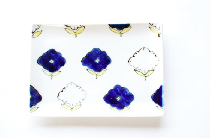 「庭」とタイトルのついた、青と白の花が散りばめられた角皿。青の色の深みが上品で、とても美しい一枚です。カジュアルにも特別な日のおもてなしにも使ってみたい器ですね。