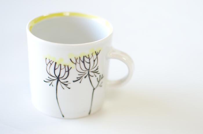マグカップは毎日使うヘビーローテーションな食器。そんなマグカップこそお気に入りを見つけたいと思いませんか? 内村さんらしい、優しいタッチで描かれたお花のマグカップは、使う人にほっとくつろげる一時を与えてくれます。