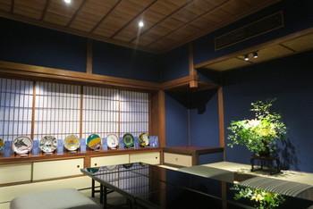 東京銀座などに飲食店を多店舗構える矢部慎太郎さんが、明治時代の町家を金沢らしく絢爛豪華にリノベーションしました。日中は「天守カフェ」、夕方からは「和食紋」、夜はバーとしても営業しています。日本料理のおすすめは、天守コース15000円、前日までの予約が必要ですが、贅沢な夜を過ごせそうです。