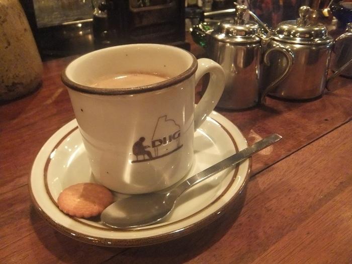 1960年代から50年以上続く歴史あるDUGですが、「おしゃべり厳禁」が決まりのジャズ喫茶ではなく、コーヒーやお酒を楽しみながらお話もできるような一人でも入りやすい雰囲気のお店です。