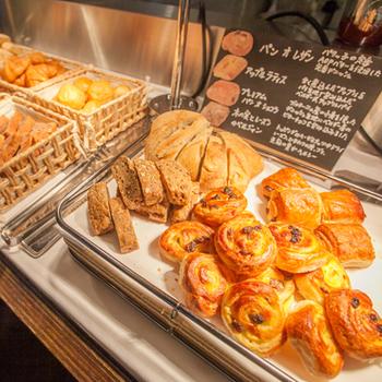 ランチタイムには、サラダとパンが食べ放題でドリンクのおかわりが自由となります。焼き立てパンの種類は豊富で、ついつい目移りしてしまうほどです。