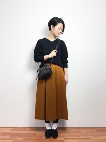 カジュアルな印象になりがちなサーマルTシャツを、ひざ下スカートで大人っぽくシックにコーディネートしています。