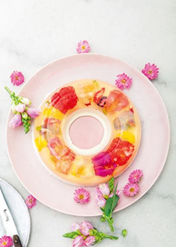 エディブルフラワーが華やかで美しいムース。白ワインのさわやかなゼリーとこっくりしたヨーグルトムースの、2つの味が楽しめます。