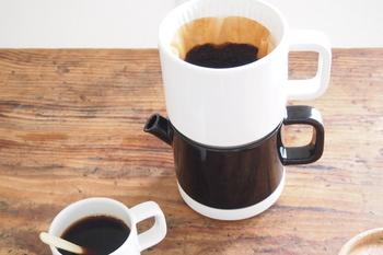テーブルの上でドリップからカップに注ぐことまで一度にできる作りで、淹れたてのコーヒーが気軽に楽しめます。