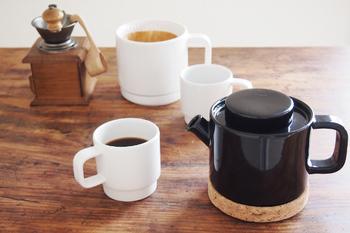 スウェーデンのデザイナー、Kristina Stark(クリスティーナ・スタルク)による、陶器のコーヒードリッパー、コーヒーポット、ホワイトプレートの3点セット。 北欧らしいシンプルなデザインで、使うほどに愛着が増します。