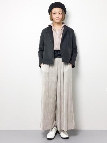 短め丈のライダースジャケットは、ワイドシルエットのボトムスと相性◎シャツ&パンツは、淡いカラーや軽やか素材を選ぶと女性らしく着こなすことができますよ。