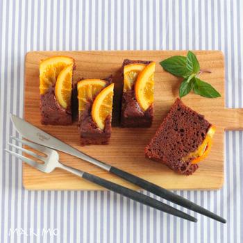ブラウン×オレンジの色合いが楽しいケーキ。板チョコを使うと簡単ですがカカオの香りが弱めになるので、オレンジリキュールで風味をプラスしましょう。