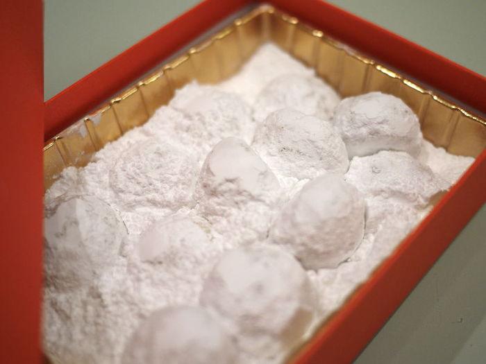 蓋を開けると、一面真っ白でふわふわなお砂糖に包まれたクッキーは、まるで雪景色のよう。