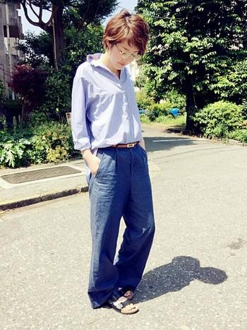 ゆったりしたシャツとワイドパンツのきれいめカジュアルコーディネートです。全体をブルー系でまとめて爽やかに。