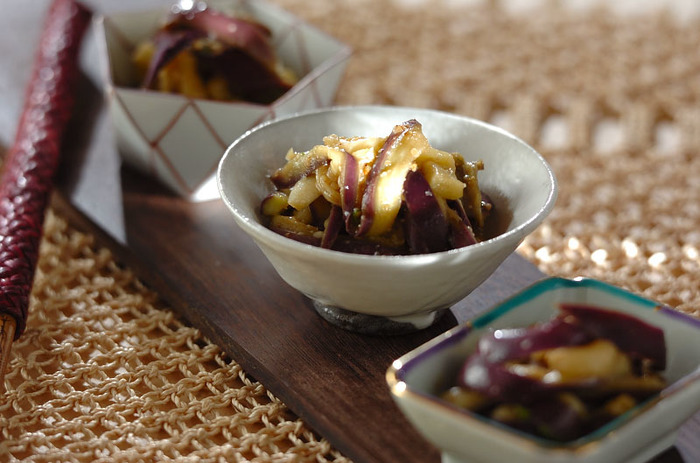 蒸した茄子をナムル仕立てにした、ごはんが進む一品です。蒸したナスに調味料を絡めれば出来上がりの超簡単レシピです。ご紹介しているレシピでは蒸し器を使っていますが、レンジで加熱することで更に簡単に作ることができますよ。あと一品足りない、箸休めが欲しい、という時にぴったりのレシピです。
