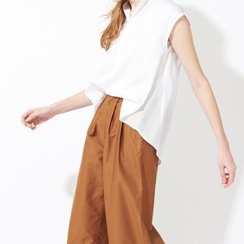 大きめのシャツをゆったりと着こなすスタイルはオシャレですね。でもシルエットが野暮ったくなってしまうことも。そんな時は、シャツの前だけインするとすっきりと見えるんです!