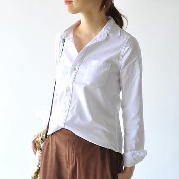ゆったりシャツのシルエットに悩んでいる人は、まずは「前だけイン」してみましょう。きっとすっきり着こなせますよ。