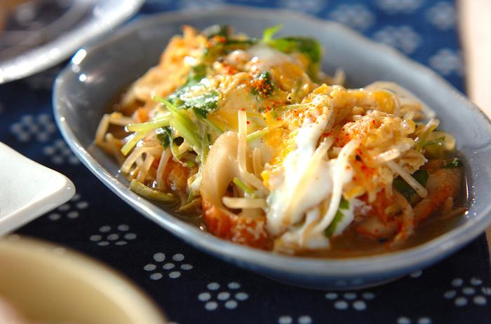 「モヤシの卵とじ」は昔から人気のレシピ。 そのまま食べてももちろん美味しいのですが、冷蔵庫で余っている半端食材を入れてアレンジできるところも節約ポイントです。