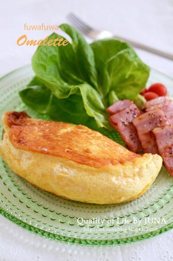 「ふわふわオムレツ」は驚きのボリュームと見た目! 卵×ベーコン×野菜は朝の定番メニューですが、作り方を変えるだけで節約中とは思えないリッチな気分になりますね♪
