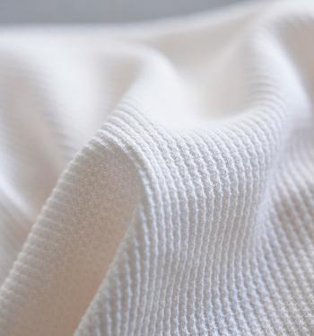 """『サーマル(themal)』には、""""体温を保つ、保温性の高い""""という意味があります。表面が凸凹した生地は保温性が高く、元々はアウトドア用の下着で採用されていたそう。"""