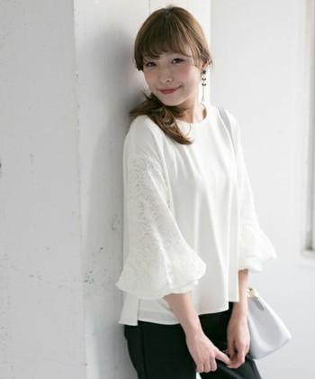定番の白レーストップス。今年は袖に特徴のあるデザインが人気です。