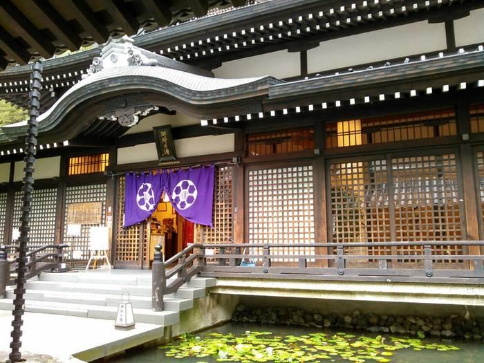 特に人気のあるのは「御所の湯」です。京都御所をイメージして作られた御所の湯は、近年リニューアルされ美しい外観をしています。入口の前には蓮の浮かんだ池もあり美しさは格別!  駅からもあまり遠くない、城崎温泉の中心地にありますので一度足を運んでみてくださいね。