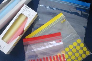 大きめのジッパー付きプラスチック袋を利用して、シャツや下着を小さく圧縮。スペースの確保には欠かせませんね。100円ショップにも衣類専用のものが売られていますよ。