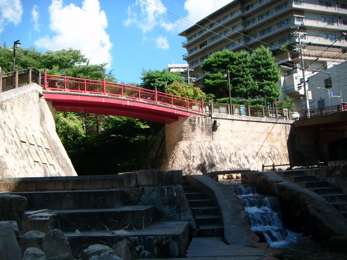 京阪神の奥座敷とも言われる有馬温泉。日本の最古湯の一つとしても知られています。  大阪から60分、京都からは1時間30分というアクセスの良さも魅力の一つ。 直通バスも多く出ていますので、気軽に足を運ぶことができます。