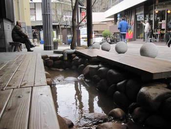 金の湯のすぐそばには「太閤の足湯」という足湯があります。金泉の足湯で、たくさんの人で賑わっているスポット。 お湯で足をたためると、ほかほかと全身が温まってくるのが不思議ですね。  日中は多くの人で賑わいますので、朝の早い時間などに訪れると良いかもしれません。