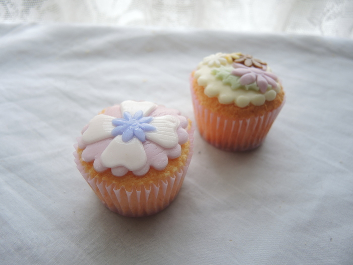 パステルカラーのアイシングが可愛い、デコレーションカップケーキ。