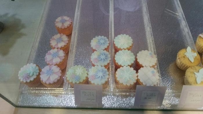 ずらりと並ぶ、小さくてかわいいカップケーキたちに、心ときめきます!