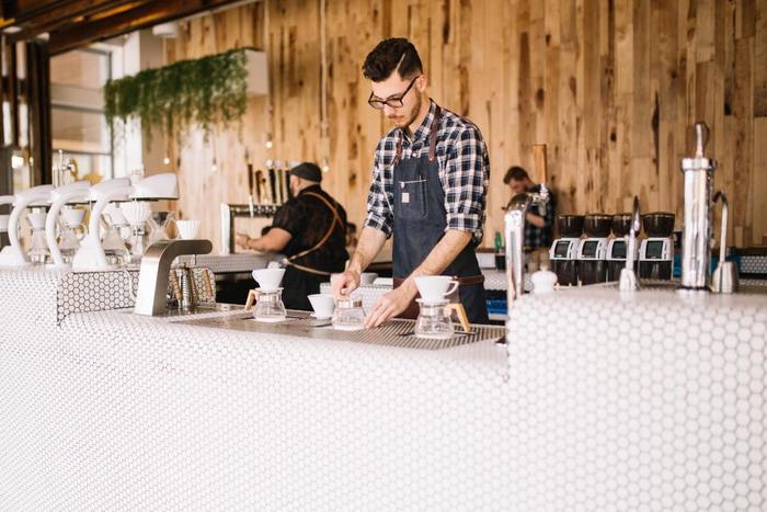 『ラテマネー』は分かりやすく言うと、毎日の習慣で何気なく飲んでいるカフェラテ1杯のこと。 1杯たった300円ちょっとだとしても、毎日飲んでいたら...?